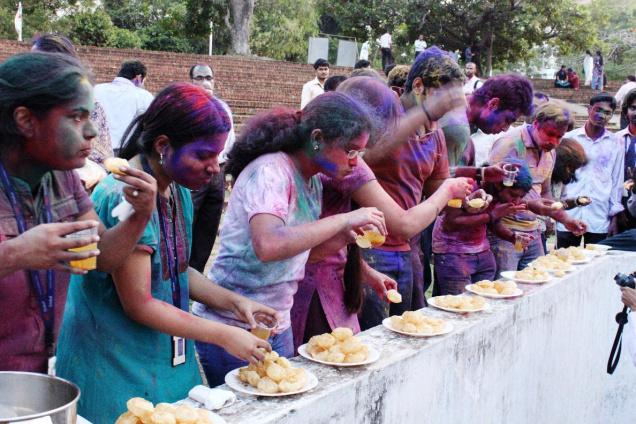 eating panipuri holi games